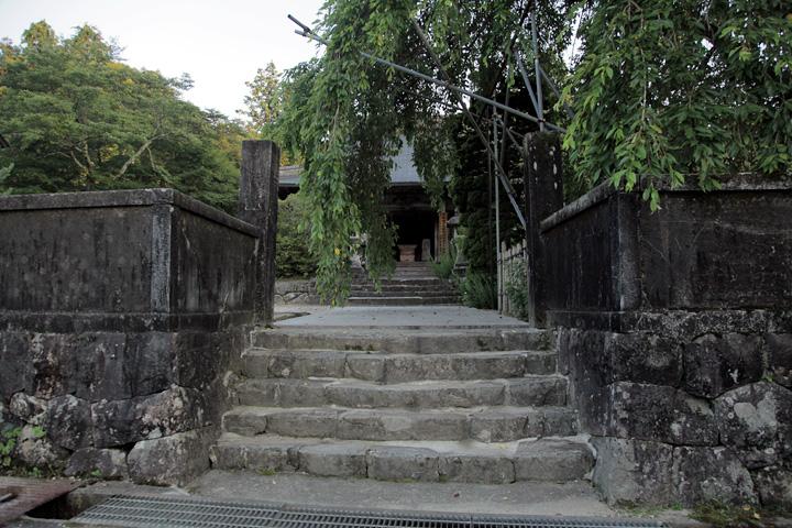 中山道前の医王寺山門