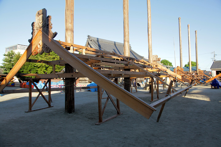吊上げを待つ屋根形覆