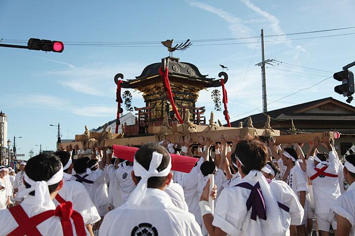 町を練り歩く神輿(みこし)