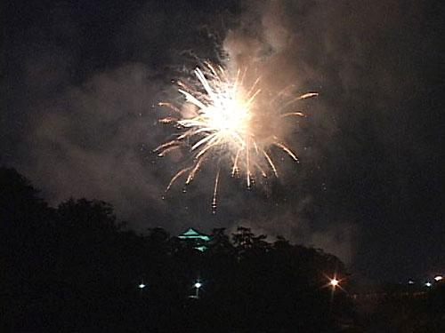 花火の閃光に浮かぶ岡崎城