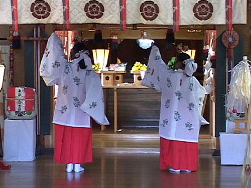 菅生神社本殿での神楽奉納