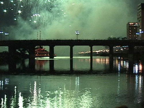 川面を照らす花火