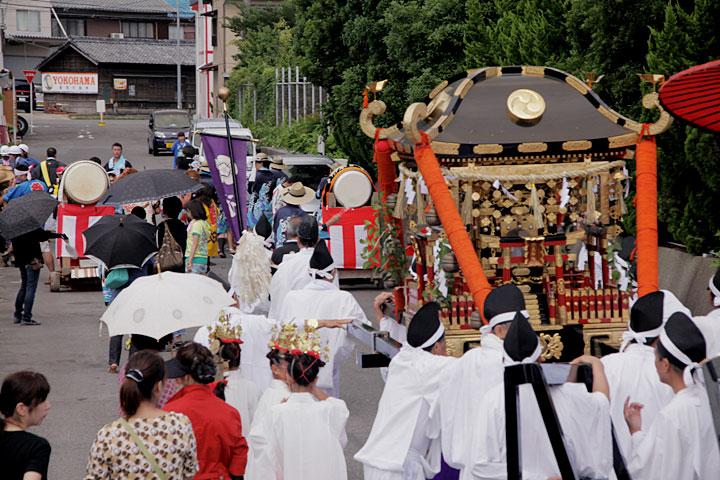 御旅所から津島神社へ向かう神輿