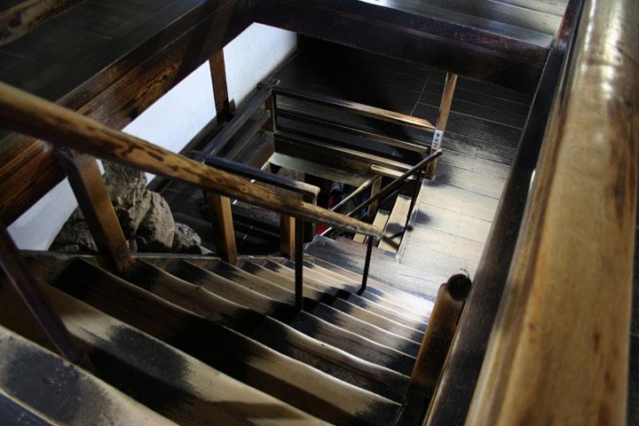 1階より地下1,2階の階段を見る