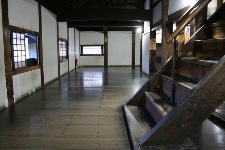 破風(はふ)に昇る階段