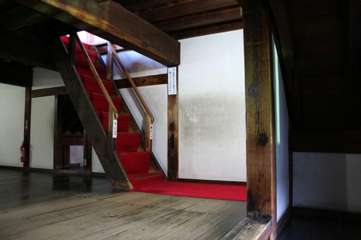 天守に昇る階段