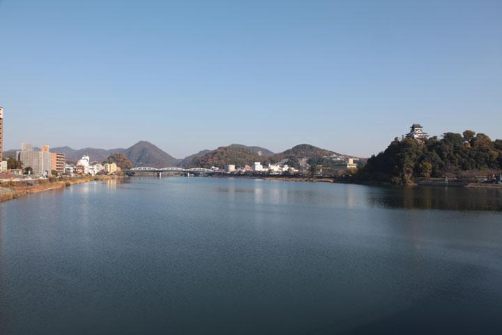 木曽川河畔にたたづむ犬山城