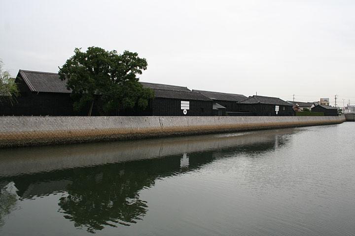 半田運河沿いの 黒板囲いの蔵