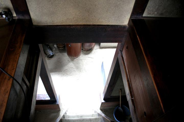 階下へ通じる階段
