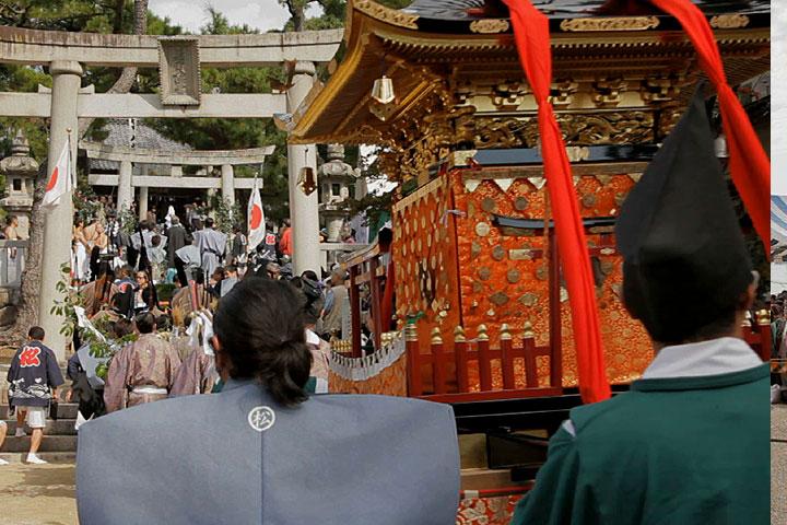 若宮神社本殿へ向かう神輿