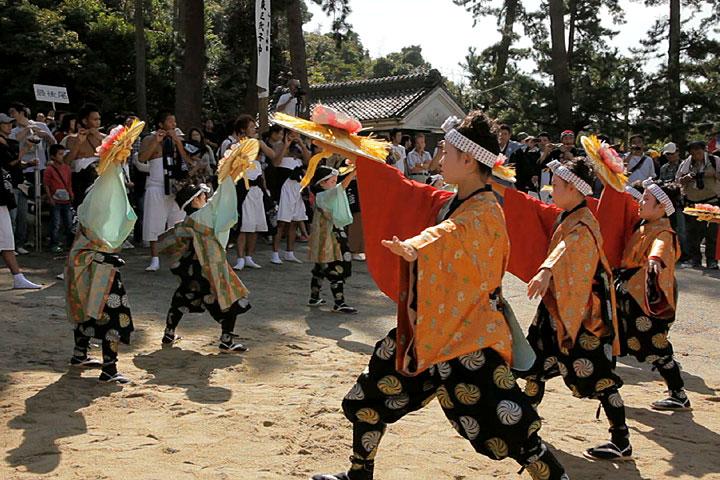 神社境内で舞われる「子踊り」