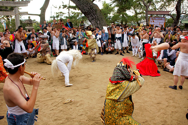 本殿前で奉納される「七福神踊り」