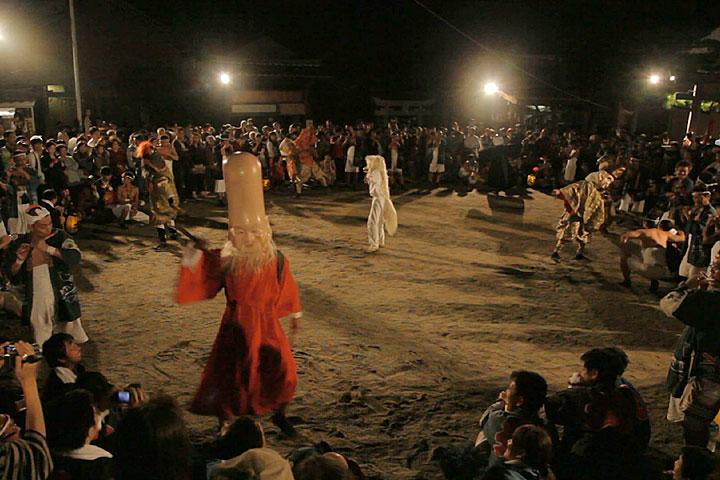 八劔宮本殿前で「七福神踊り」奉納