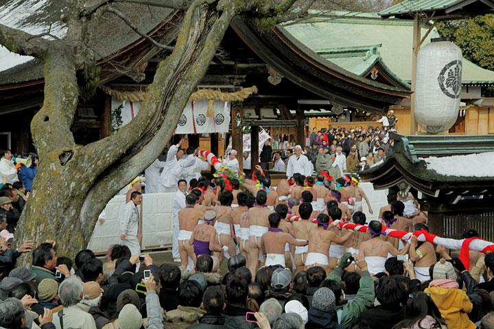 拝殿に奉納される「なおい笹」