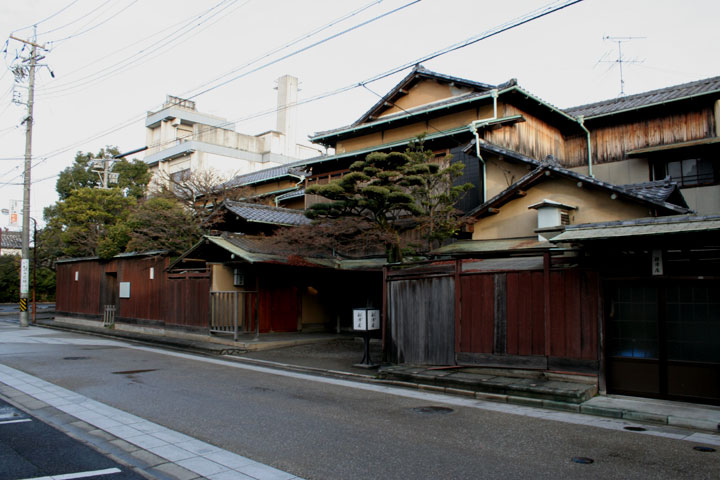 大塚本陣は現在、泉鏡花の「歌行灯」の 舞台となった料亭「船津屋」 となっている」
