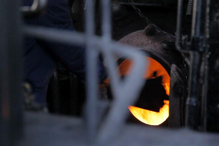 窯に炭が入れられる