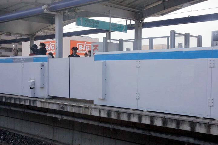 車窓から見たあおなみ線荒子駅ホーム