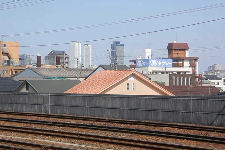 左手車窓から名古屋駅前のビルが見える