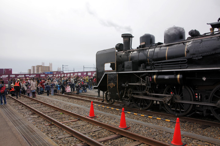 名古屋貨物ターミナル駅ではC56を背景に記念撮影が行われた