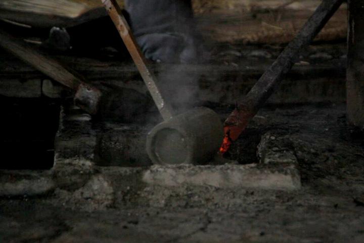 鋼を芯まで沸かすため泥水をかける