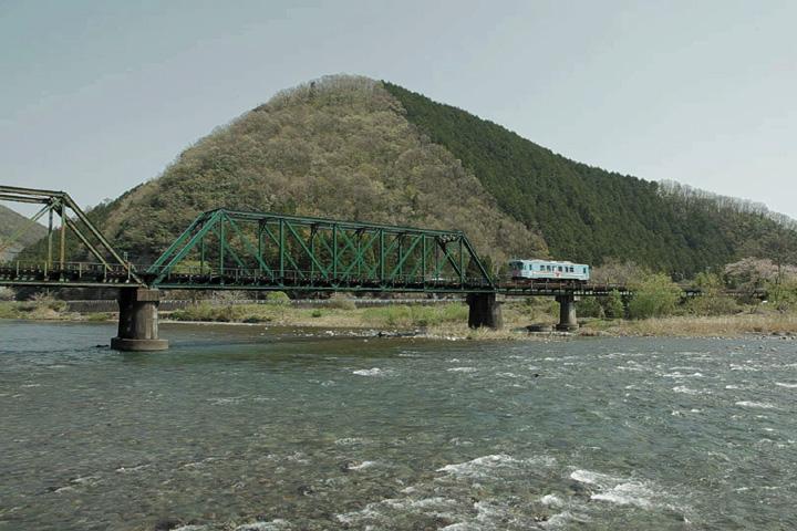 根尾川を渡る車輌(谷汲口駅を過ぎたあたり)
