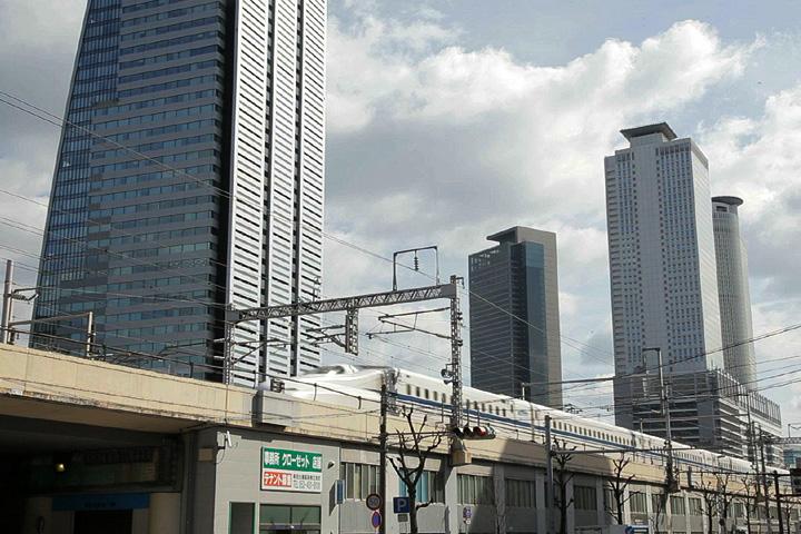 名古屋駅を出る新幹線