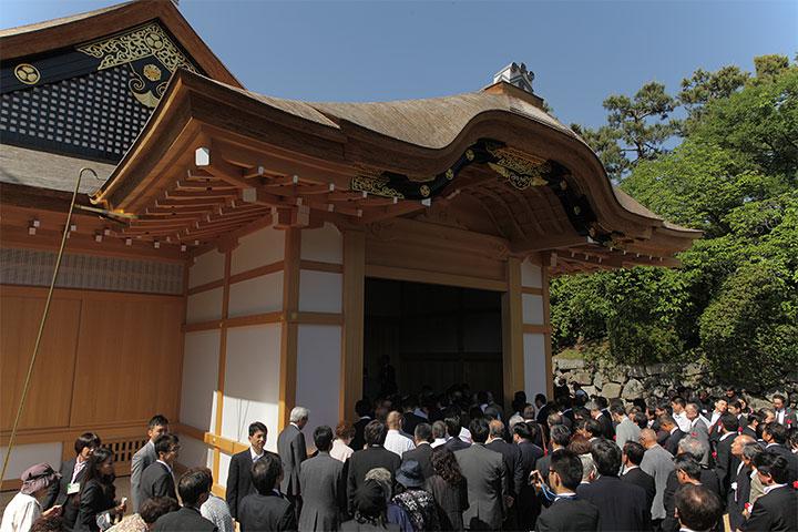 式典参加者が玄関から御殿に入場
