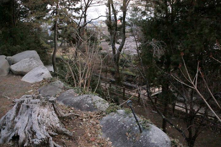 神戸城天守台から下を見る