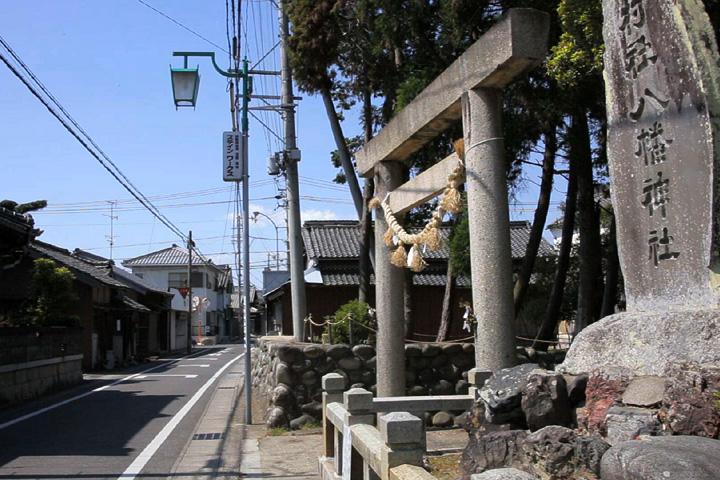 八幡神社前の伊勢街道