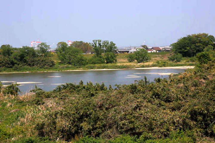 松阪市側から見た雲出川の渡し場付近