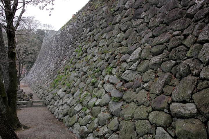 華麗な「野面積み」の石垣