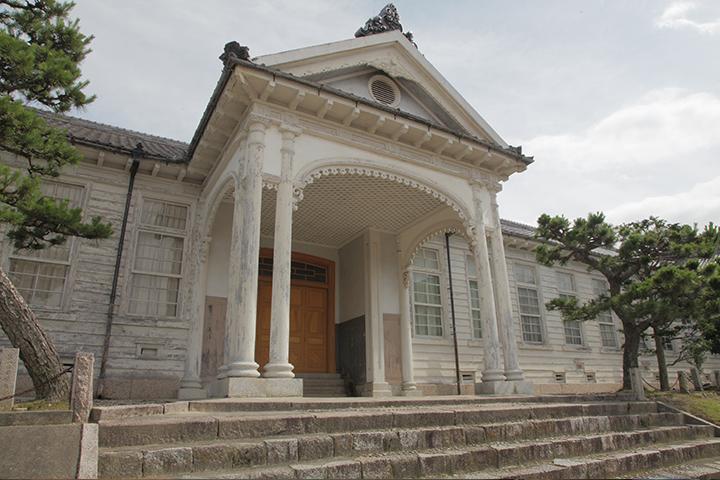 上野高校明治校舎玄関