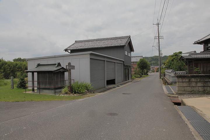 伊賀市円徳院、柘植川の傍らにある祠