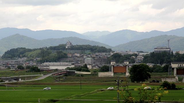 長田から伊賀城下を望む