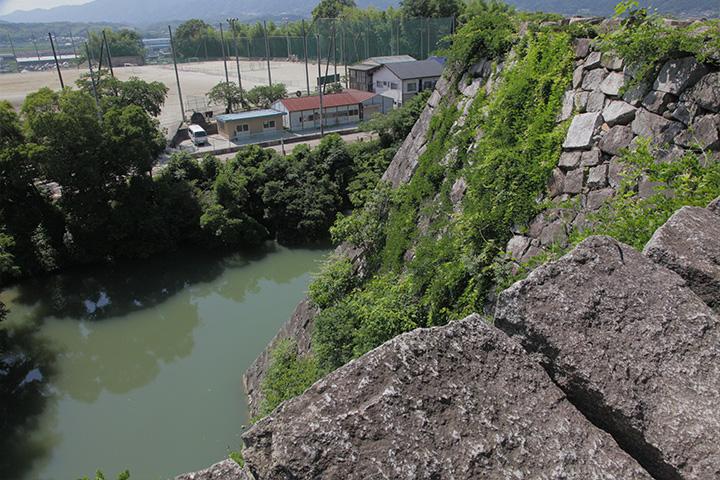 高さ約30メートルある高石垣