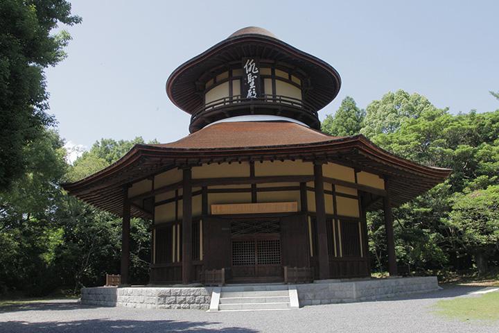 昭和17年芭蕉翁生誕300年を記念して建設された俳聖殿