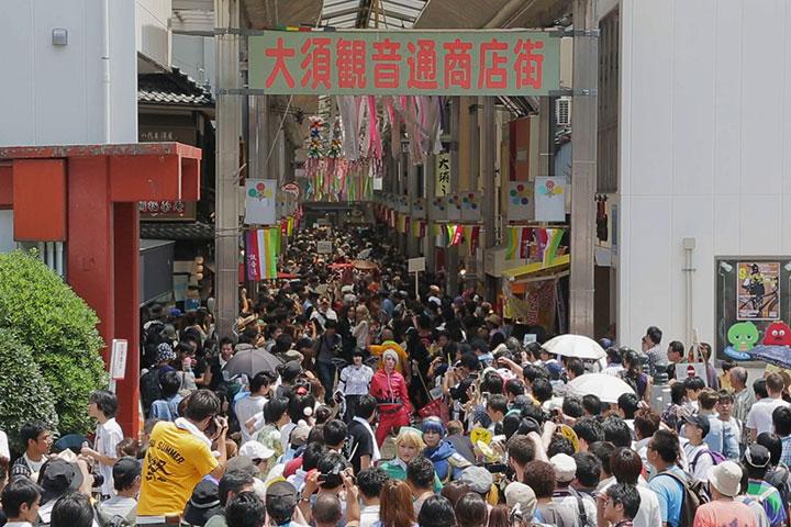 人垣の中、商店街を練り歩くコスプレイヤー達