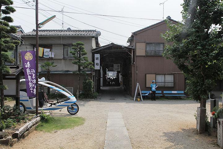 松應寺からアーケードを望む