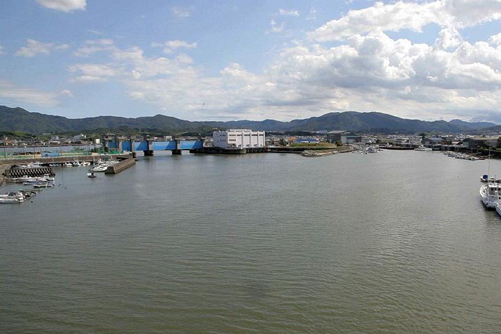 一色大橋から見た勢田川水門