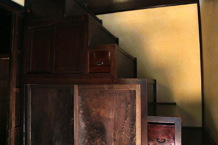 母屋二階への階段