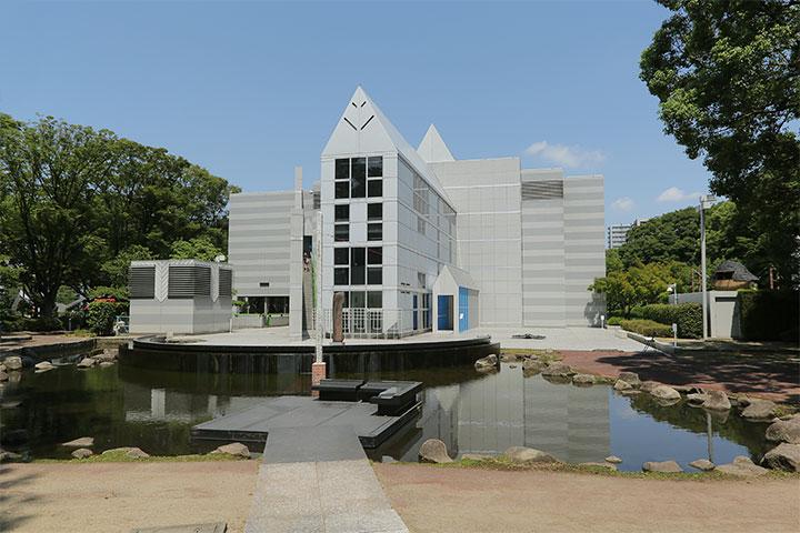 名古屋市美術館南側.黒川紀章が設計した名古屋市美術館を読み替え、出入口を普段の北川から南側に変えている
