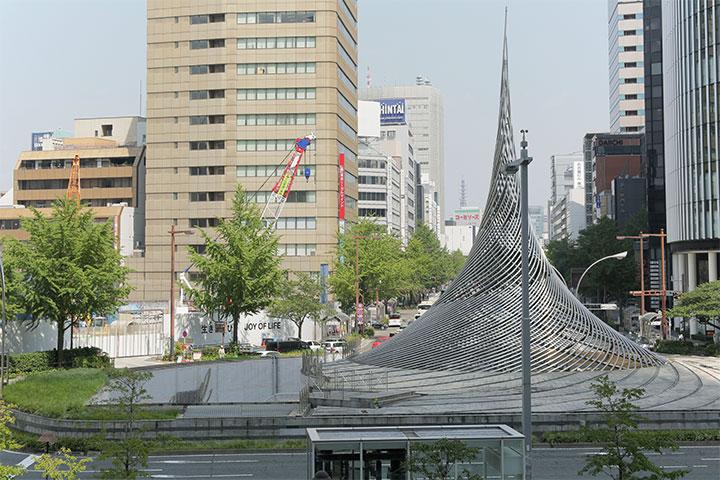 JR名古屋駅から桜通りを望む。写真左側の工事外壁にオノ・ヨーコ《生きる喜び》