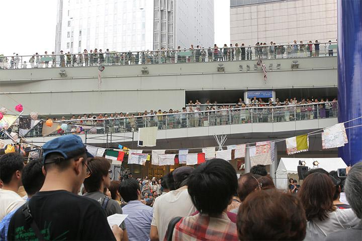 あまちゃんの音楽を聞きつけて多くの人が集まった