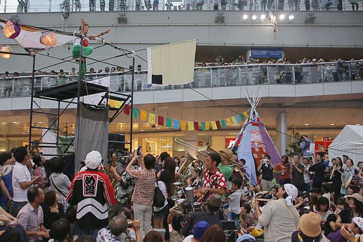 珍しいキノコ舞踊団のメンバーの動きに合わせて演奏も