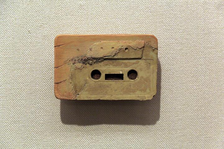 青野文昭《なおす・復元(震災後閖上で収集したカセットテープの復元)2012》愛知県美術館10階