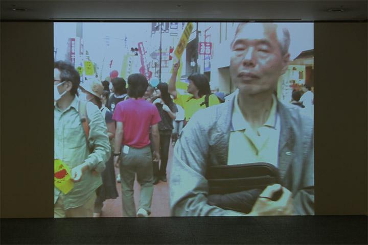 丹羽良徳《デモ行進を逆走する》愛知芸術文化センター地下2階通路