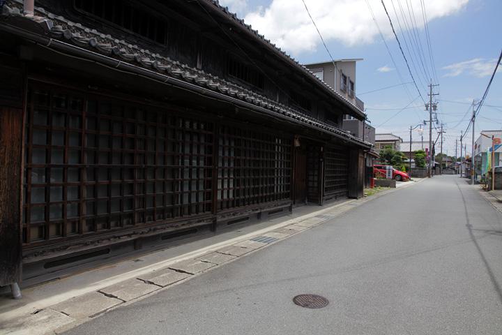 虫籠窓が残る格子の町家 屋号「丸吉」