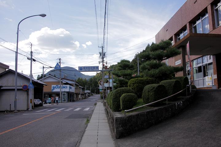 東栄町役場前の別所街道