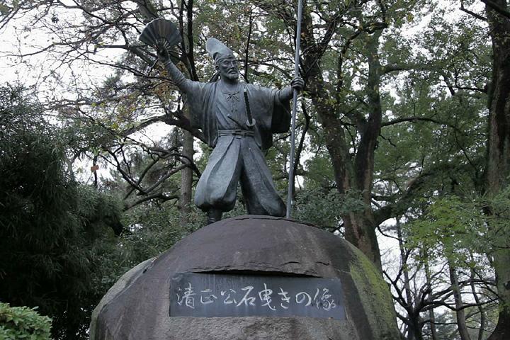 加藤清正石引きの像(名古屋城内)