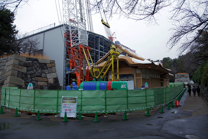 素屋根の撤去された玄関入口 2012年12月
